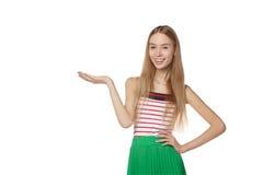 Glimlachende vrouw die open handpalm met exemplaarruimte tonen voor product Royalty-vrije Stock Fotografie