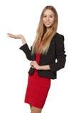Glimlachende vrouw die open handpalm met exemplaarruimte tonen voor product Royalty-vrije Stock Foto