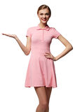 Glimlachende vrouw die open handpalm met exemplaarruimte tonen voor product Royalty-vrije Stock Afbeeldingen