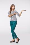 Glimlachende vrouw die open handpalm met exemplaarruimte tonen voor product Stock Foto's