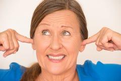 Glimlachende vrouw die oren behandelen stock fotografie