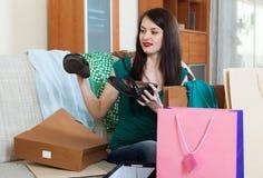 Glimlachende vrouw die schoenen kijken Royalty-vrije Stock Foto's