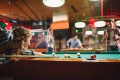 Glimlachende vrouw die spelend pool met vrienden genieten van royalty-vrije stock foto