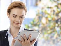 Glimlachende vrouw die tablet gebruiken Royalty-vrije Stock Fotografie