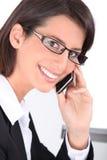 Glimlachende vrouw die trendy glazen dragen stock foto's