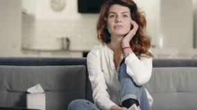 Glimlachende vrouw die TV programma keuken bekijken Ontspannen vrouw die TV-kanalen controleren stock video