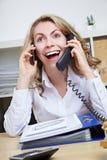 Glimlachende vrouw die vraag met twee maakt royalty-vrije stock fotografie