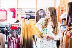 Glimlachende vrouw die in wandelgalerij winkelen royalty-vrije stock foto's