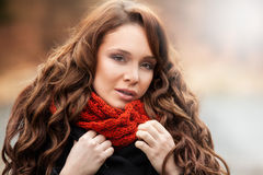 Glimlachende vrouw die zich in de herfstlandschap bevinden Royalty-vrije Stock Foto's