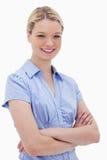 Glimlachende vrouw die zich met gevouwen wapens bevindt Royalty-vrije Stock Fotografie