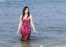 Glimlachende vrouw die zich in overzeese golven bevindt royalty-vrije stock fotografie