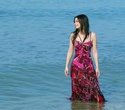 Glimlachende vrouw die zich in overzeese golven bevindt royalty-vrije stock afbeeldingen