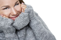 Glimlachende vrouw in een sweater Stock Foto's