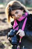 Glimlachende vrouw en fotocamera stock afbeeldingen