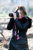 Glimlachende vrouw en fotocamera stock foto's