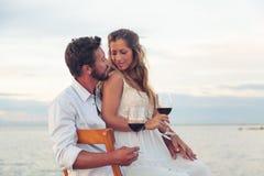 Glimlachende Vrouw en man die rode wijn drinken Stock Fotografie