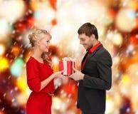 Glimlachende vrouw en man met giftdoos Royalty-vrije Stock Afbeelding