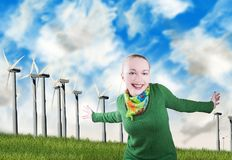 Glimlachende vrouw en windturbines Stock Foto's