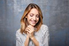 Glimlachende vrouw in gestreepte blouse Stock Foto's