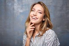 Glimlachende vrouw in gestreepte blouse Stock Afbeeldingen