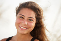 Glimlachende vrouw headshot stock afbeelding