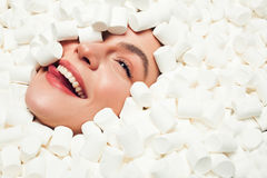 Glimlachende vrouw in heemst Stock Fotografie