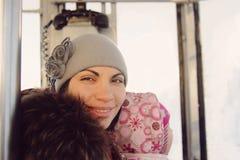Glimlachende Vrouw in Kabelbaan Royalty-vrije Stock Foto's