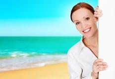 Vrouw met aanplakbord stock foto