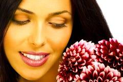 Glimlachende vrouw met bloemen Stock Fotografie