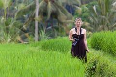 Glimlachende Vrouw met Camera in het Padieveld van Bali Stock Foto's