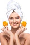 Glimlachende vrouw met de handdoek op haar hoofdholding Royalty-vrije Stock Foto