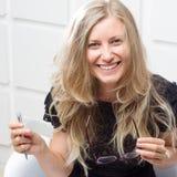 Glimlachende vrouw met een pen royalty-vrije stock foto's