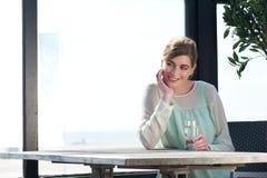 Glimlachende vrouw met een verfrissende drank bij een outdoo Stock Fotografie