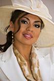 glimlachende vrouw met elegante hoed Stock Afbeeldingen