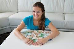 Glimlachende vrouw met geld stock afbeelding