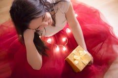 Glimlachende vrouw met gift en lichten Royalty-vrije Stock Afbeelding