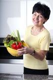 glimlachende vrouw met groenten royalty-vrije stock afbeelding
