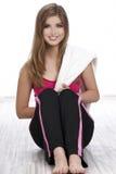 Glimlachende vrouw met handdoek stock afbeelding
