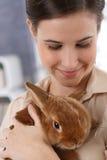 Glimlachende vrouw met huisdierenkonijn stock fotografie