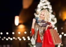 Glimlachende vrouw met kleurrijke het winkelen zakken royalty-vrije stock foto