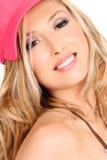 Glimlachende vrouw met lang blond haar Royalty-vrije Stock Foto's