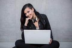 Glimlachende vrouw met laptop Stock Foto