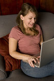 Glimlachende Vrouw met laptop Royalty-vrije Stock Foto