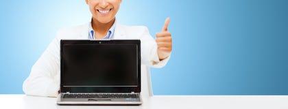 Glimlachende vrouw met laptop computer stock afbeelding