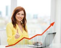 Glimlachende vrouw met laptop en de groeigrafiek Stock Foto