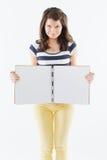 Glimlachende vrouw met leeg notitieboekje stock foto