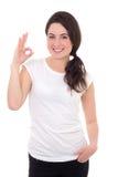 Glimlachende vrouw met o.k. gebaar dat op witte achtergrond wordt geïsoleerd Royalty-vrije Stock Fotografie