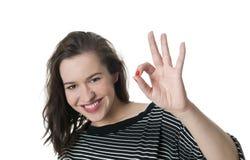 Glimlachende vrouw met o.k. handteken Royalty-vrije Stock Afbeeldingen