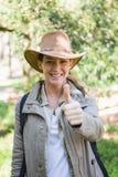 Glimlachende vrouw met omhoog duimen Royalty-vrije Stock Foto's