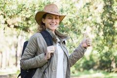 Glimlachende vrouw met omhoog duimen Stock Afbeelding